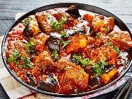 Рецепта Добруджански гювеч с телешко месо, патладжан, чушки, бамя и домати на фурна